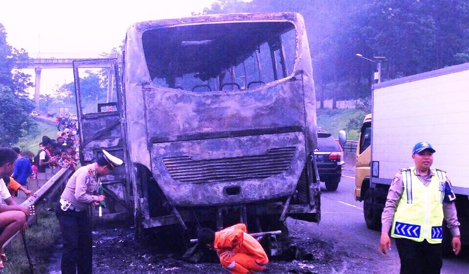 https: img.okezone.com content 2016 01 04 525 1280387 bus-budiman-terbakar-di-tol-purbaleunyi-vkHB0yMmhp.jpg