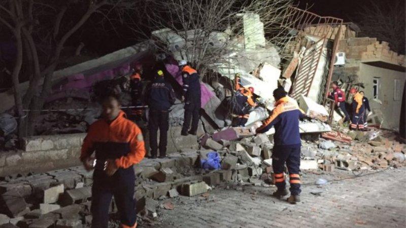 Tim SAR berusaha mencari korban di antara reruntuhan (Foto: BBC)