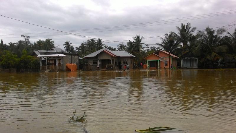 https: img.okezone.com content 2016 01 17 340 1290121 muara-sungai-tertutup-warga-ulim-menderita-karena-banjir-ynfqGvut5x.jpg