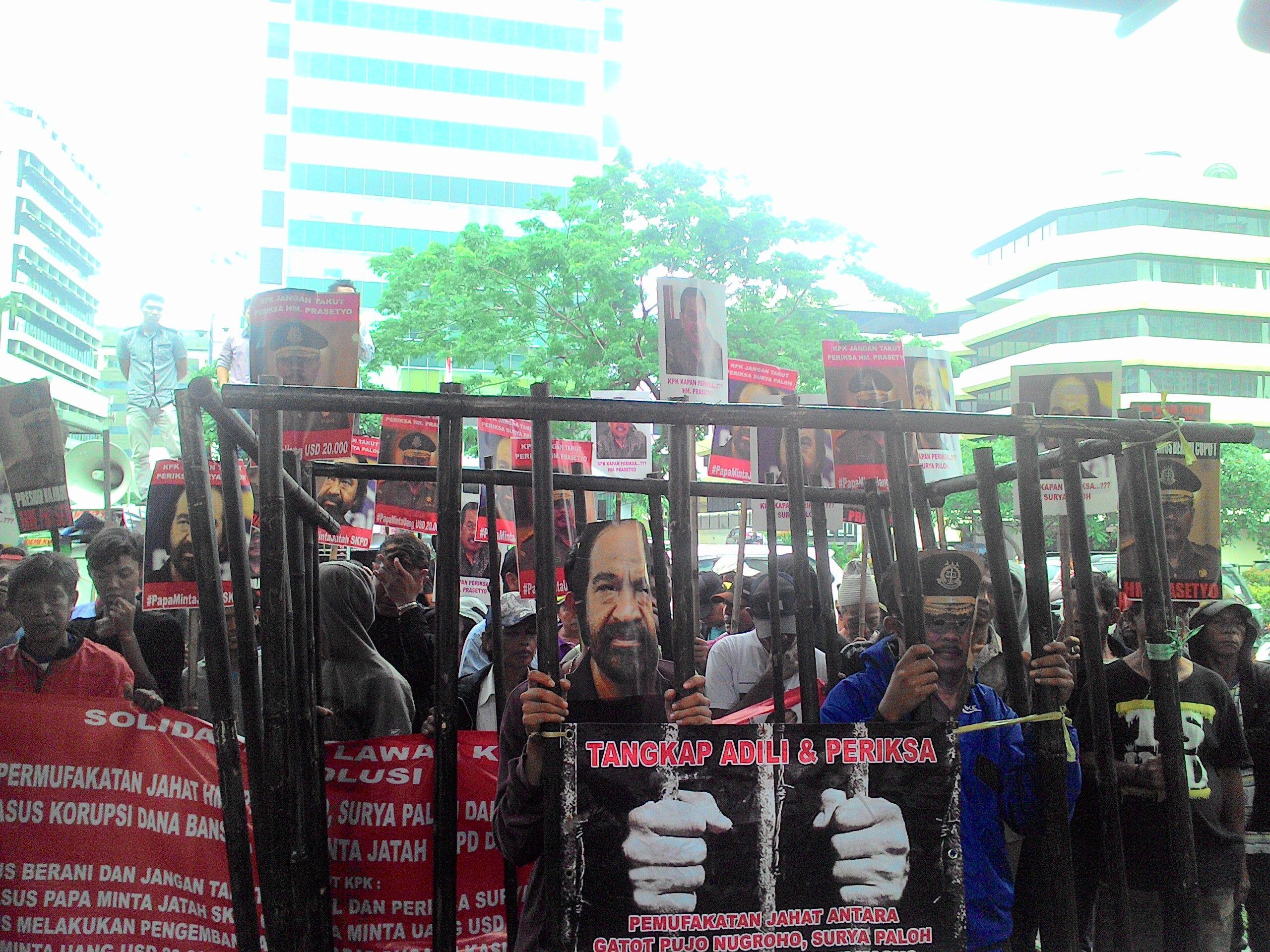 https://img.okezone.com/content/2016/01/25/337/1296436/demo-tangkap-paloh-jaksa-agung-massa-bawa-penjara-WzFDKEHbSE.jpg