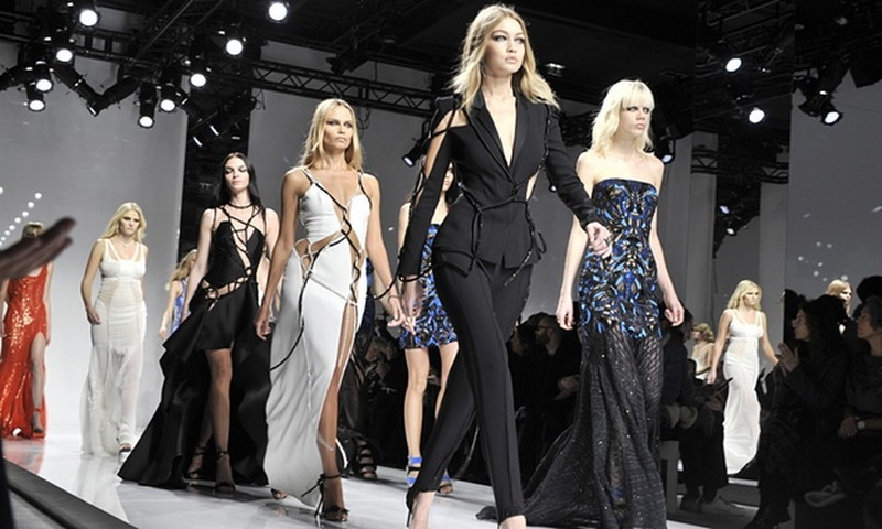 https: img.okezone.com content 2016 01 26 194 1297023 koleksi-teranyar-versace-di-paris-fashion-week-X9YdIrb1D7.jpg