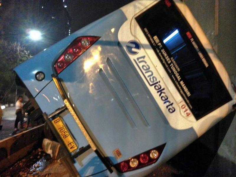 Transjakarta Kecelakaan Tunggal di Tomang (foto: TMCPoldaMetro)