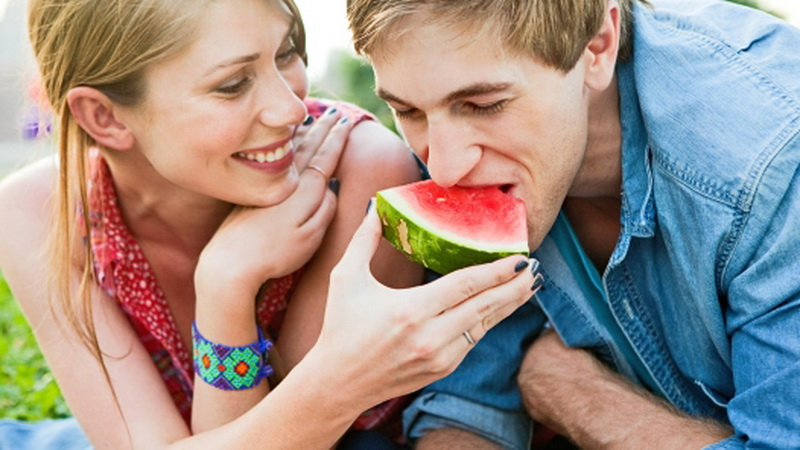 https: img.okezone.com content 2016 01 28 481 1299319 manfaat-mengejutkan-dari-makan-semangka-tuD9OjkvHa.jpg