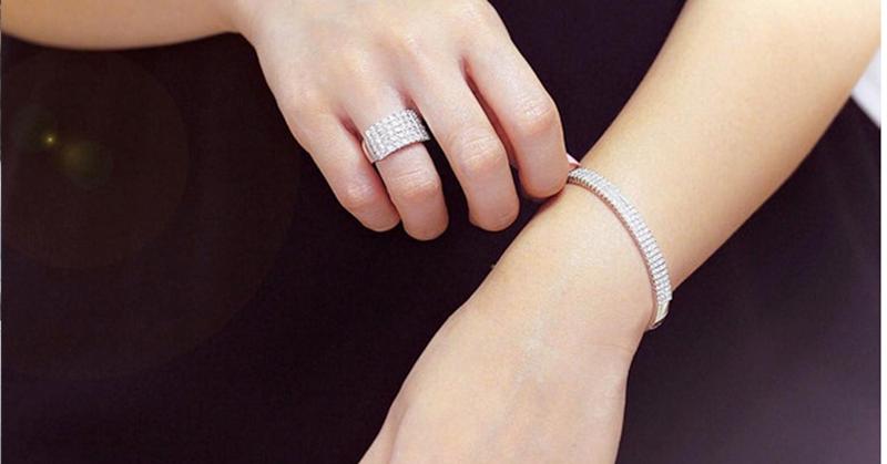 https: img.okezone.com content 2016 01 30 194 1300814 tips-memilih-perhiasan-untuk-hadiah-valentine-NI0ffrlq4N.png