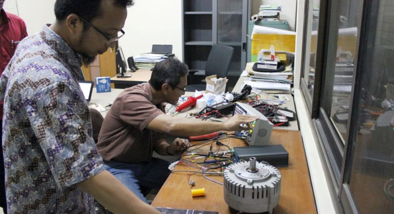 Tim peneliti UB sedang melakukan penelitian untuk merintis mobil listrik cerdas. (foto: dok. UB)