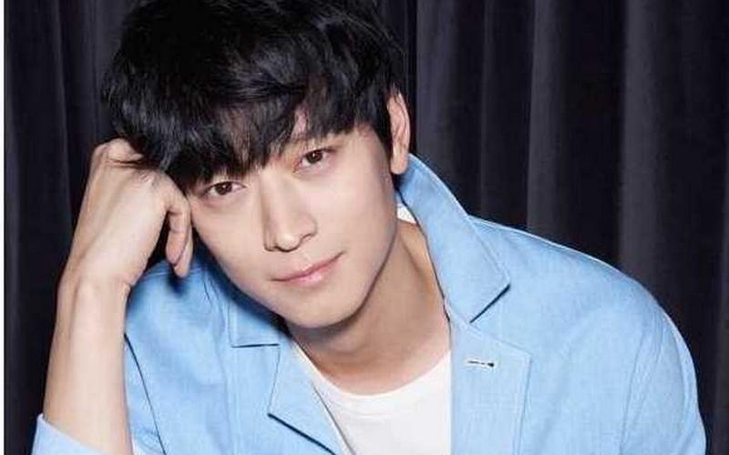 https: img.okezone.com content 2016 02 04 33 1304391 kang-dong-won-benci-nongkrong-di-klub-malam-7FoKpOIuOh.jpg