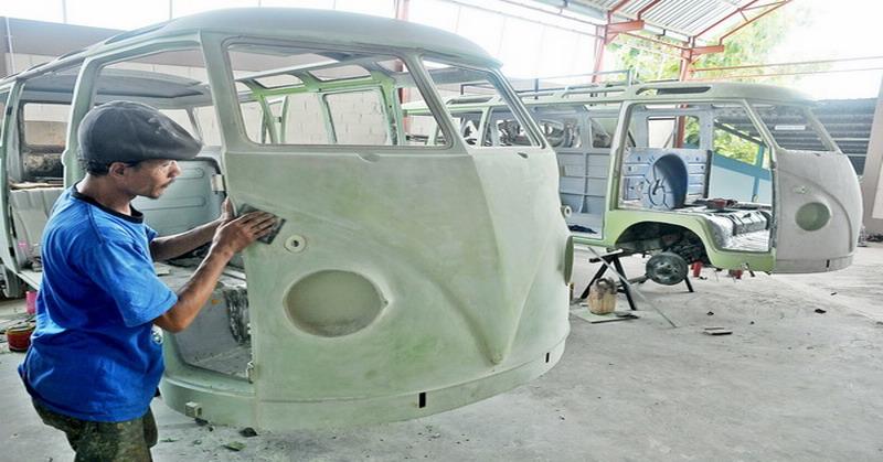 Para pekerja tengah menyelesaikan bodi mobil VW yang akan dikirim ke AS (foto: krjogja)
