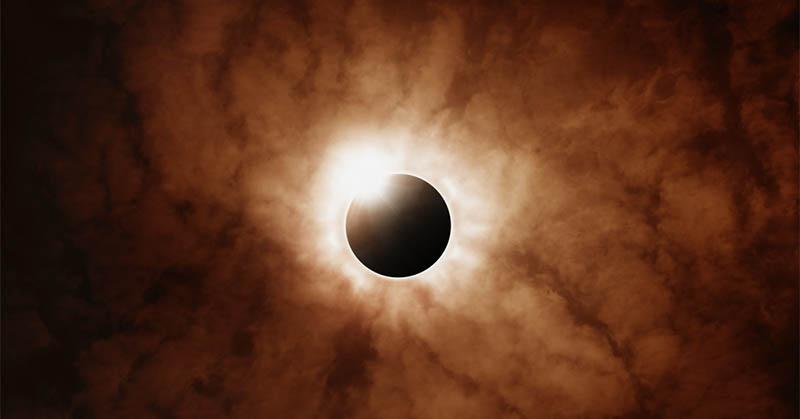 Peristiwa gerhana matahari total mengingatkan akan kematian putra nabi Muhammad SAW, yang bernama Ibrahim.