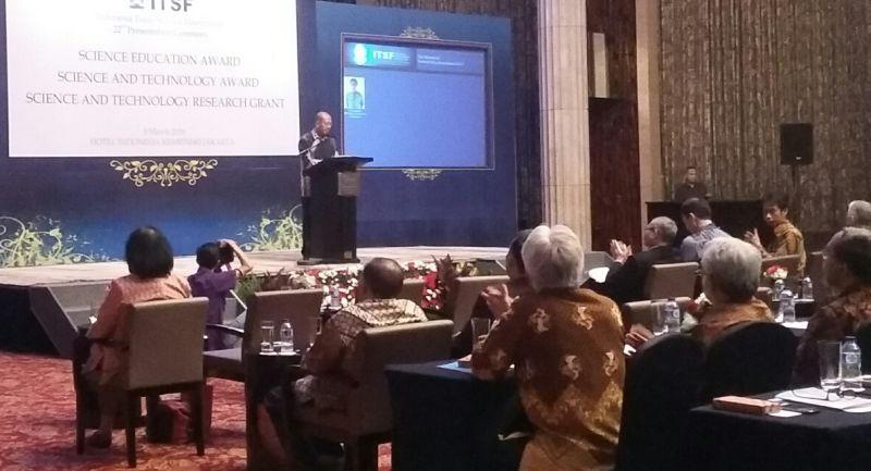 Pemberian penghargaan dan dana riset dari ITSF kepada puluhan guru dan peneliti Indonesia. (Foto: Afriani S/Okezone)