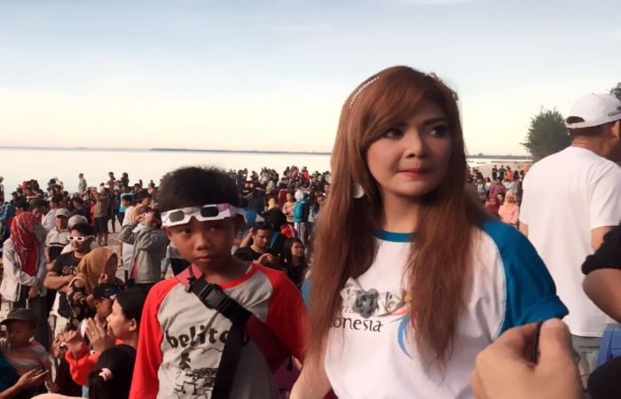 https: img.okezone.com content 2016 03 09 33 1331524 irma-darmawangsa-merasa-norak-lihat-gerhana-matahari-KvLYjH744L.jpg