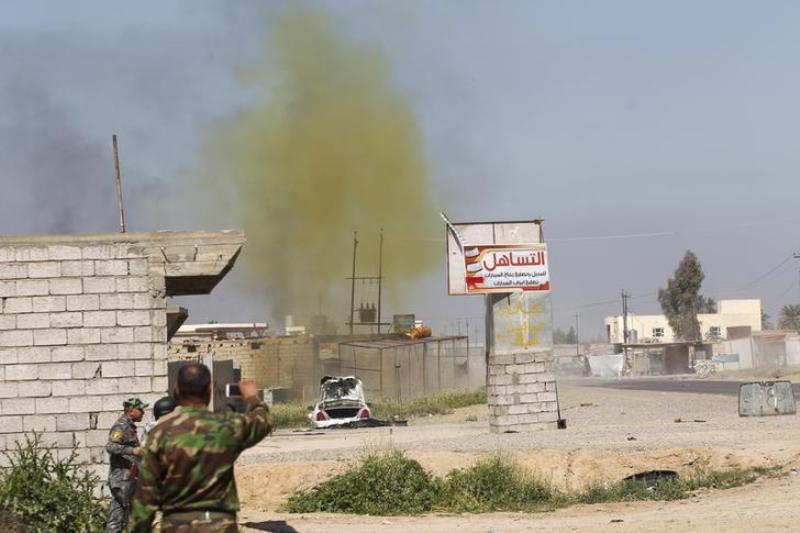 Asap berwarna kekuningan dari bom yang diledakkan pasukan Irak di Al Alam, Irak 10 Maret 2015, menunjukkan kemungkinn penggunaan senjata kimia oleh kelompok militan ISIS. (Foto: Reuters)SIS
