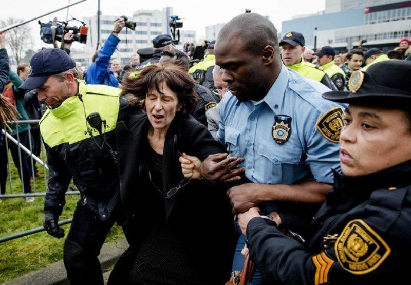 https: img.okezone.com content 2016 03 28 18 1347667 wartawan-perancis-ditahan-saat-pengadilan-kejahatan-perang-pbb-bazNQE82S6.jpg