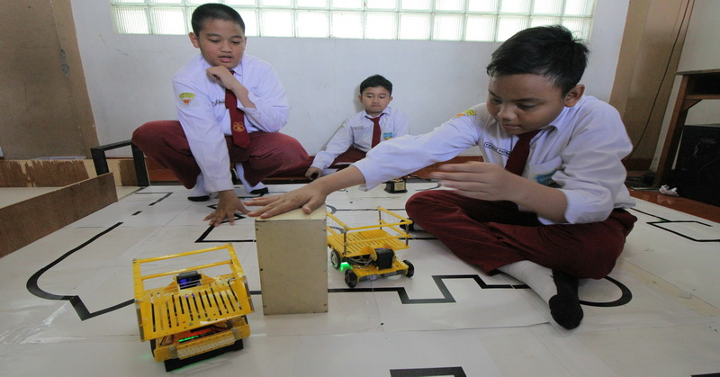 https: img.okezone.com content 2016 04 05 65 1355079 siswa-sd-surabaya-juara-kompetisi-robot-di-singapura-mXxNJkoxwu.jpg