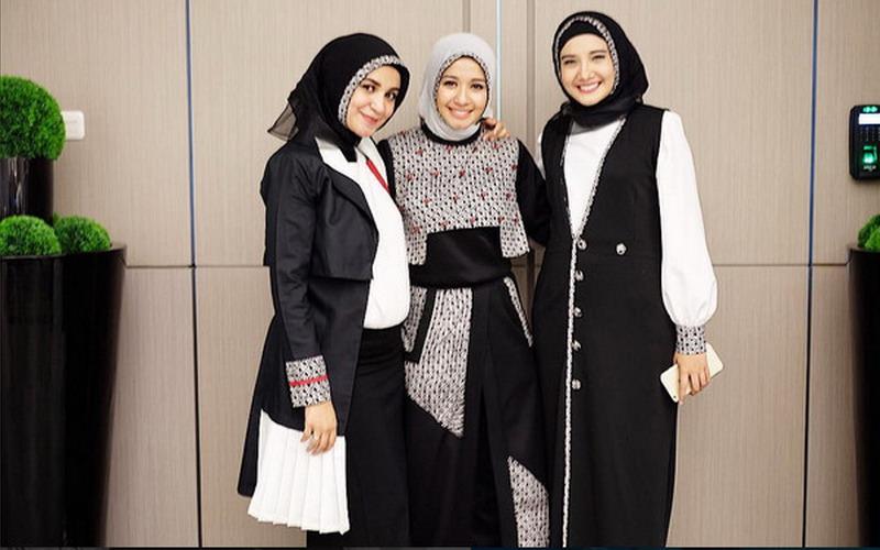https: img.okezone.com content 2016 04 10 194 1358956 tren-hijab-menjamur-di-indonesia-ini-tanggapan-zaskia-shireen-sungkar-dhZZ4czkee.jpg