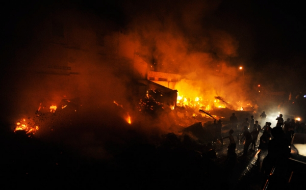 https: img.okezone.com content 2016 04 12 512 1360916 warga-sekampung-bahu-membahu-padamkan-kebakaran-rumah-8yg14sSVC9.jpg