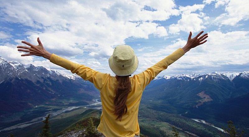 https: img.okezone.com content 2016 04 23 406 1370781 top-travel-7-3-artis-wanita-hidupkan-pariwisata-indonesia-sQIYRnhJYh.jpg