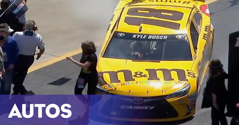 Foto Dalam Sirkuit, Perempuan Ini Tertabrak Mobil Balap