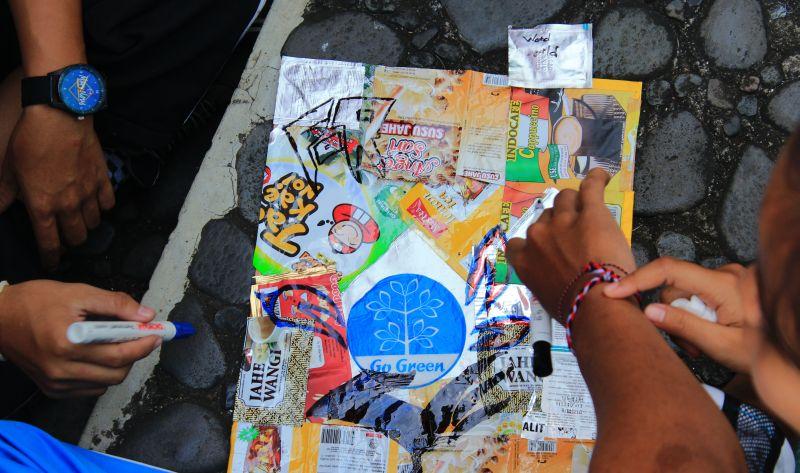 https: img.okezone.com content 2016 04 25 65 1372058 puluhan-pelajar-di-singaraja-melukis-di-atas-sampah-plastik-osccK0T6u0.jpg