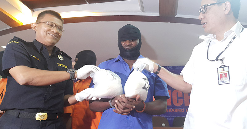 WNA asal Nigeria ditangkap usai terima paket kiriman sabu. (Foto: Selly/Okezone)