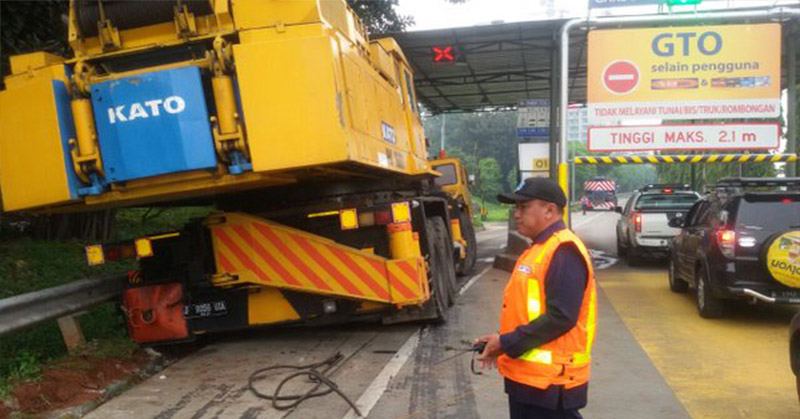 Kendaraan alat berat nyangkut di gerbang tol Ciputat. (dok.TMC Polda Metro Jaya)