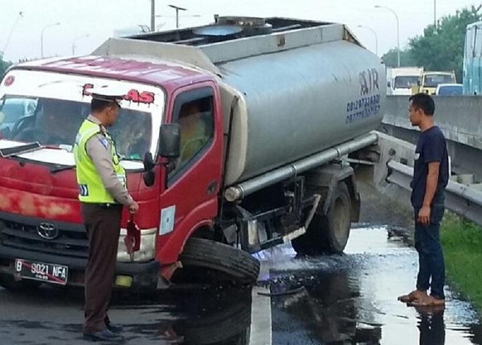 Sebuah truk mengalami pecah ban. (Foto: @TMCPoldaMetro/Okezone)