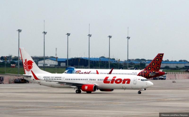 https: img.okezone.com content 2016 05 02 338 1378277 dua-pesawat-lion-air-bersenggolan-di-bandara-soetta-Re3t09JyXW.jpg