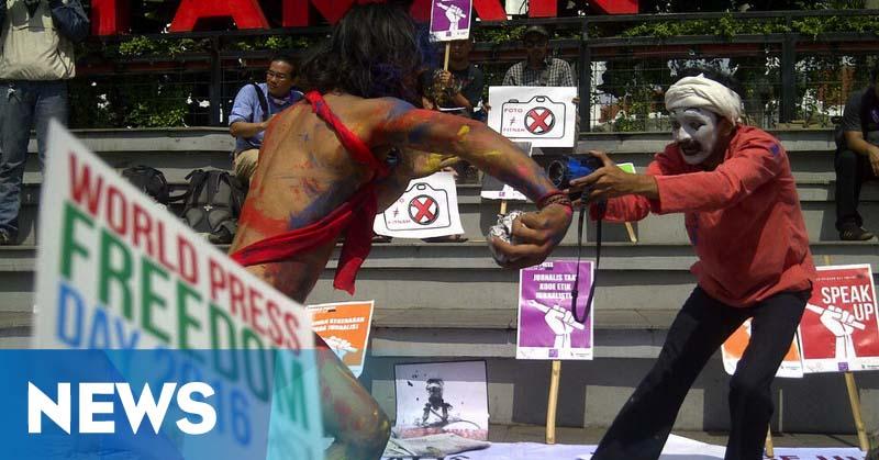 Aksi Teatrikal Jurnalis Memperingati Hari Pers Dunia di Bandung