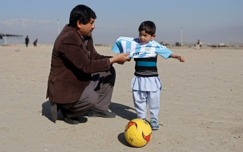 https: img.okezone.com content 2016 05 04 18 1379794 bocah-afghanistan-fans-messi-terima-puluhan-ancaman-zJQZbuwouw.jpg