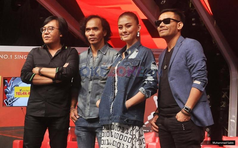 https: img.okezone.com content 2016 05 06 205 1382118 wah-4-coach-the-voice-indonesia-saling-menggoda-Iylqimtpk7.jpg
