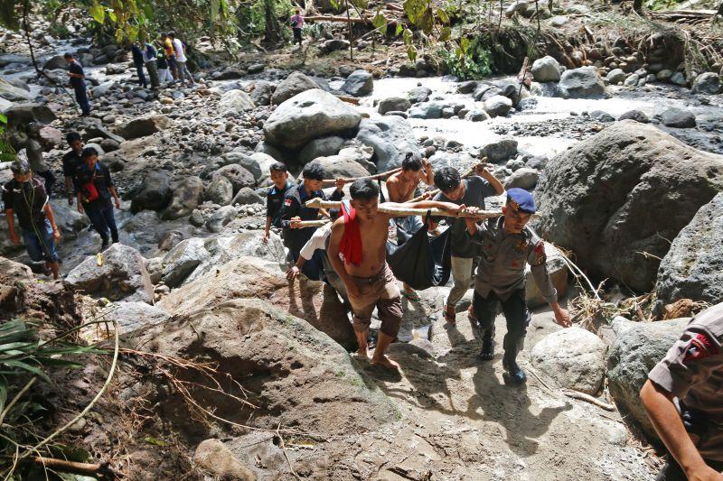 Evakuasi Banjir Bandang Air Terjun Dua Warna (foto: Antara)