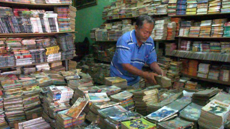 Padi, pensiunan TNI AL, di antara puluhan ribu buku koleksinya. (Foto: Zen Arivin/Okezone)