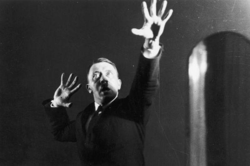 Foto {candid} Adolf Hitler saat latihan pidato. (Foto: Getty Images)