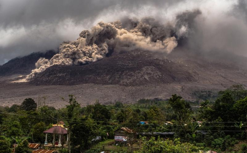 https: img.okezone.com content 2016 05 21 340 1394548 bpbd-sumut-pastikan-tiga-orang-meninggal-akibat-letusan-gunung-sinabung-056PUTwmzT.jpg