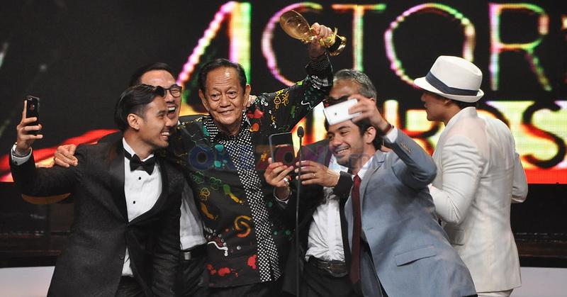 https: img.okezone.com content 2016 05 31 206 1402409 foto-chicco-jerikho-unggah-hebohnya-kemenangan-deddy-sutomo-di-ima-awards-2016-g1hV8LUj5D.jpg