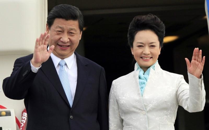 https: img.okezone.com content 2016 06 10 18 1411509 peng-liyuan-dari-penyanyi-tentara-hingga-ibu-negara-china-Q80AYsFrB5.jpg