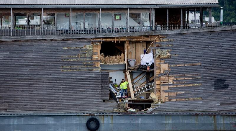 Lubang di kapal replika Nabi Nuh yang muncul akibat terhantam kapal coastguard Norwegia (Foto: AFP)
