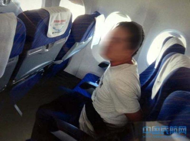 Penumpang bermasalah yang diikat di kursi, karena menerobos masuk kokpit. (Foto: SCA)