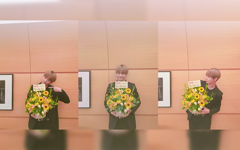 https: img.okezone.com content 2016 06 15 205 1415622 foto-ciee-v-bts-dapat-karangan-bunga-dari-park-seo-joon-YFmBYAFajs.jpg