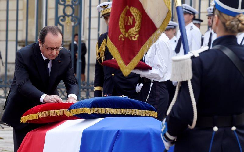 Presiden Prancis, Francois Gerard Georges Hollande (kiri) saat menghadiri upacara peringatan dua polisi yang tewas di Versailles (Foto: Dominique Faget/REUTERS)