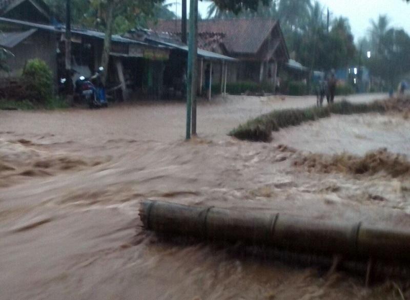 Petugas Evakuasi Tiga Korban yang Tertimbun Longsor di Kebumen