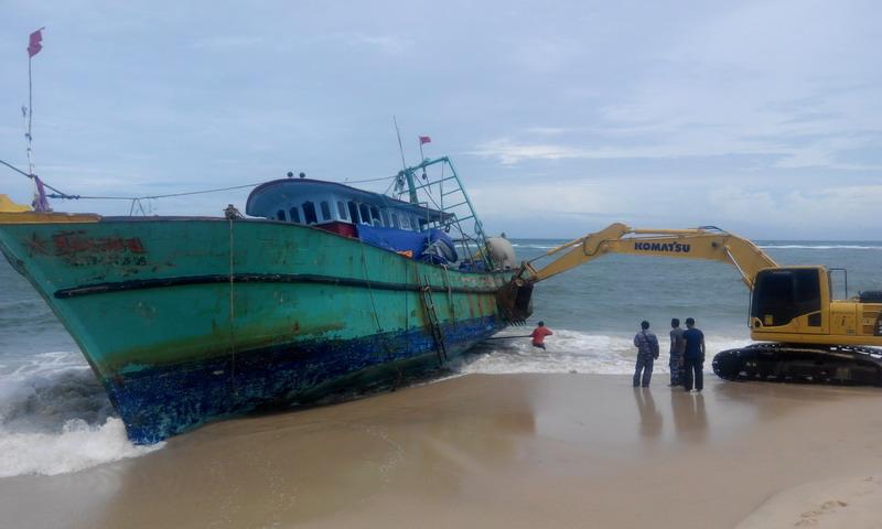https: img.okezone.com content 2016 06 20 340 1420074 kapal-imigran-sri-lanka-sulit-ditarik-ke-laut-akibat-gelombang-tinggi-wOP5GAADtj.jpg
