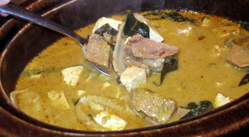 Betawi ternyata punya satu kuliner paling ikonik yang kini mulai langka yakni, sayur babanci atau ketupat babanci.