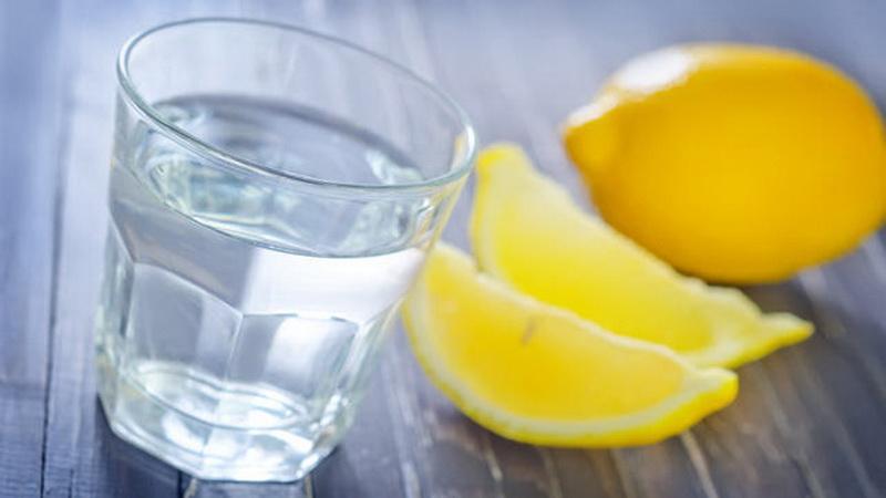 https: img.okezone.com content 2016 06 26 481 1425485 4-khasiat-minum-air-lemon-setiap-hari-XceTURkRjV.jpg