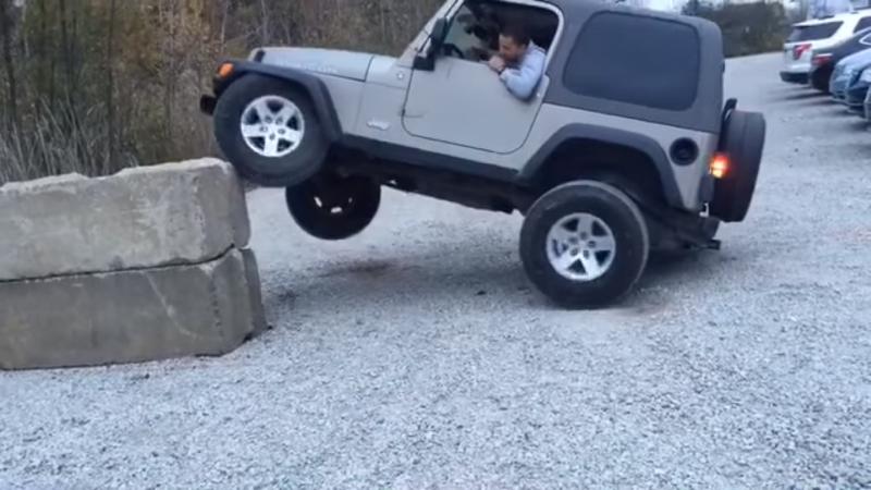 Nekat, Jeep Rubicon Terbalik Lewati Batu Setinggi 1 Meter