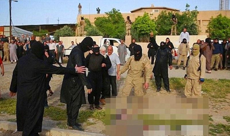 Kelompok militan ISIS mengikat tangan dan kaki anggotanya sebelum direbus hidup-hidup (Foto: Daily Mail)