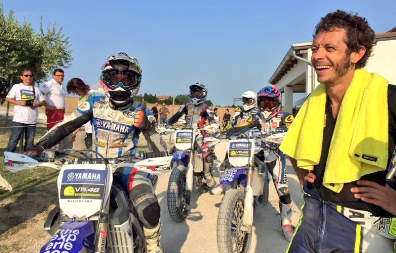 https: img.okezone.com content 2016 07 07 38 1433773 berlatih-bersama-rossi-pembalap-indonesia-tidak-bisa-berkata-kata-RkfOM8VzaU.jpg