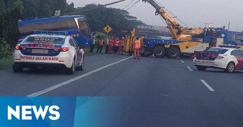 Satu Tewas dan Dua Luka-luka dalam Kecelakaan Bus Terguling di Tol Cikampek
