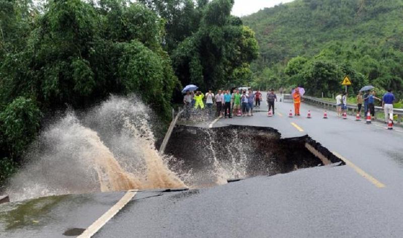 Jalan yang hancur akibat badai yang dibawa topan super Nepartak (Foto: Reuters)
