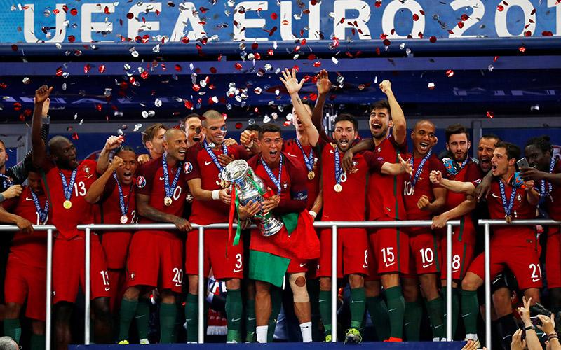 https: img.okezone.com content 2016 07 11 3 1435238 timnas-portugal-jadi-tim-kedua-yang-berhasil-menaklukkan-tim-tuan-rumah-olHoY6oEVX.jpg