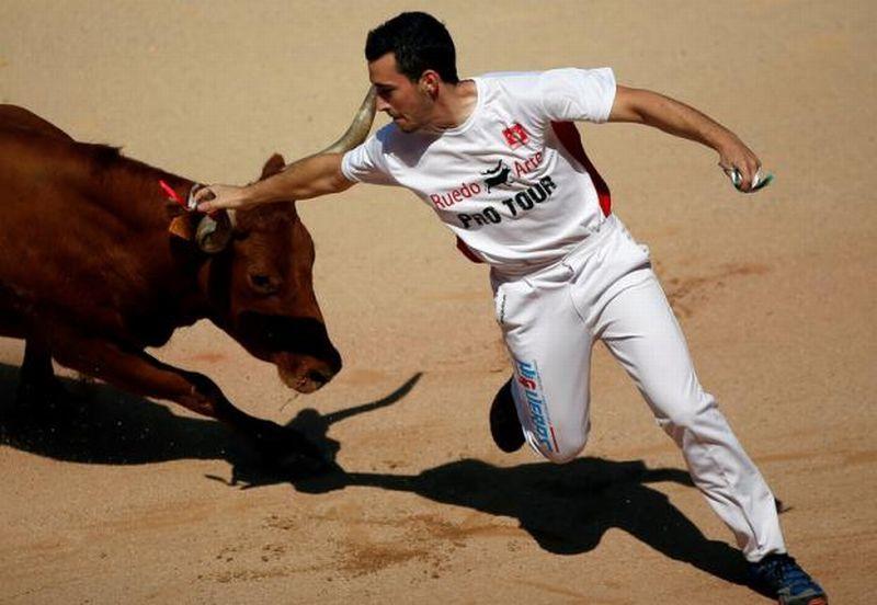 https: img.okezone.com content 2016 07 11 406 1435481 matador-ditanduk-banteng-di-festival-san-fermin-spanyol-vqWCBvc7A6.jpg